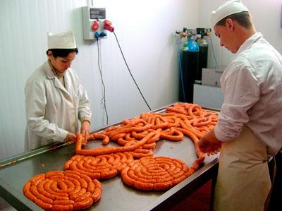 Elaborando productos en nuestras instalaciones de Embutidos del Pueblo